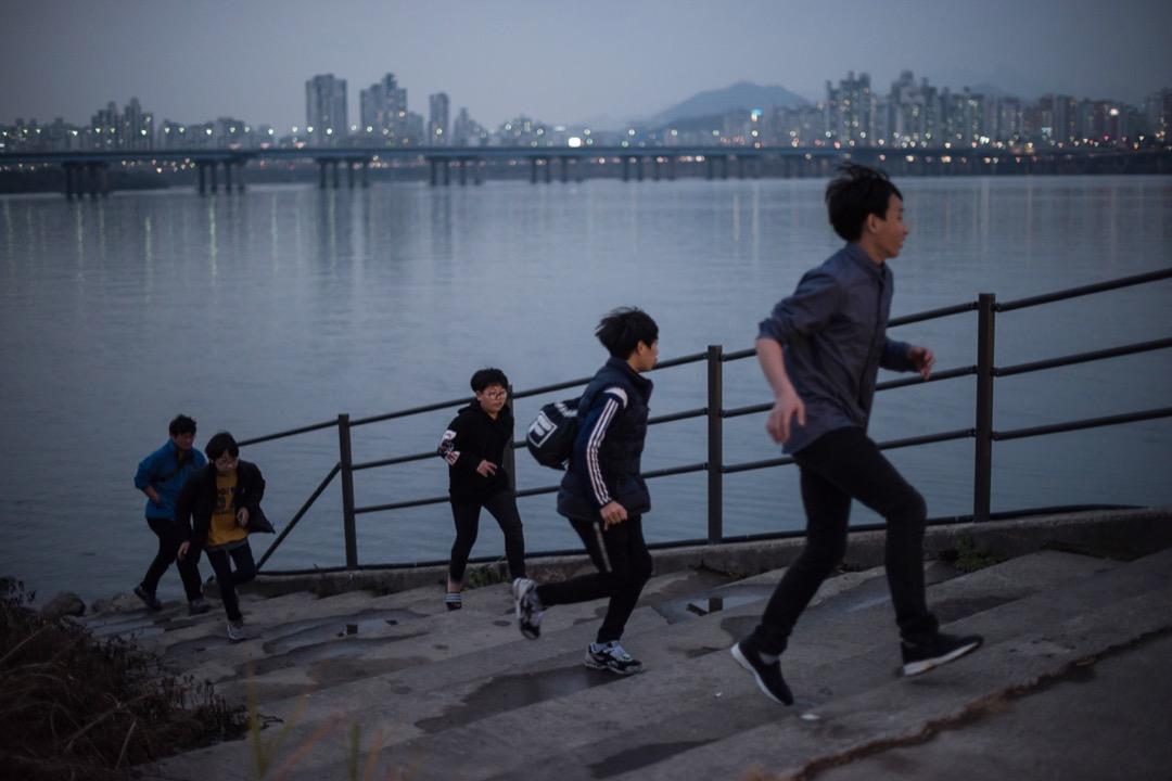 學業是南韓青少年的最大壓力來源,南韓的學業壓力是公認最辛苦的,絕大多數同學會去補習班學習,直至凌晨12點。學生自殺的另一罪魁禍首,是校園霸凌現象的蔓延。