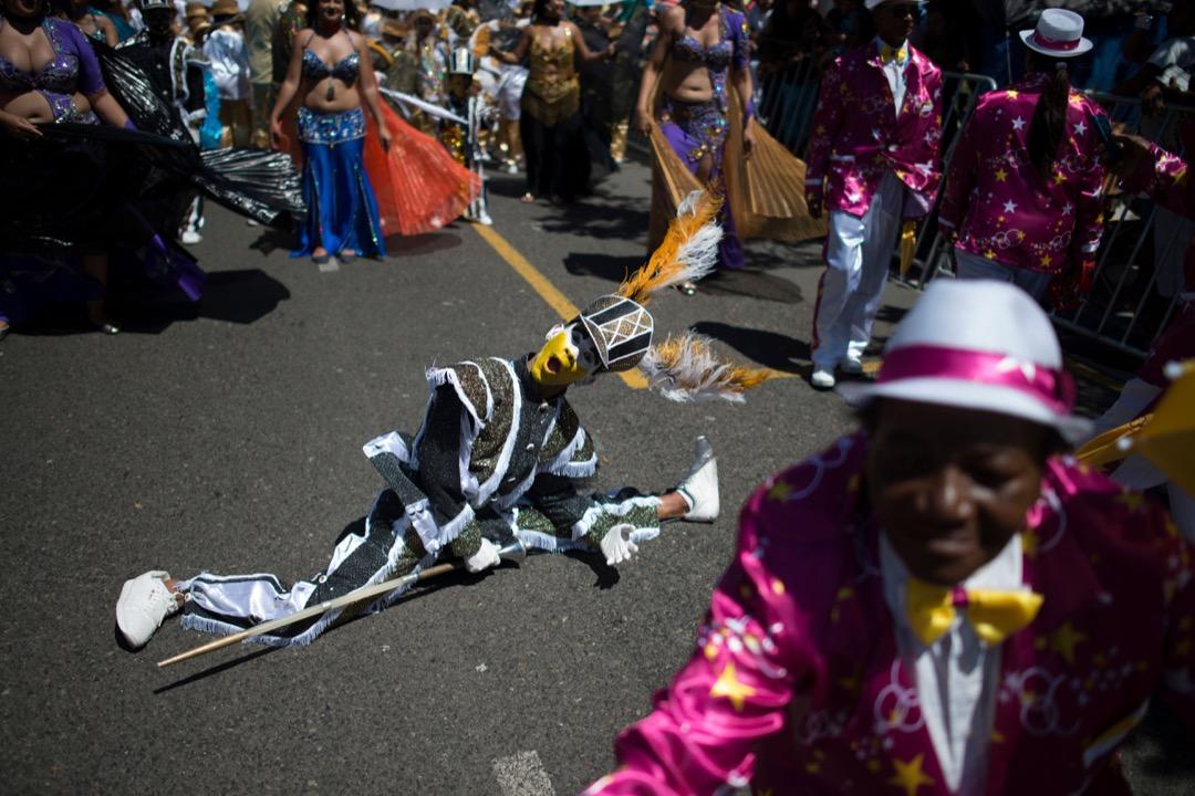 2018年1月2日,南非開普敦,吟遊詩人劇團在市中心舉行的嘉年華巡遊中表演,慶祝 Tweede Nuwe Jaar——意思是新年第二天。 攝:Rodger Bosch/AFP/Getty Images