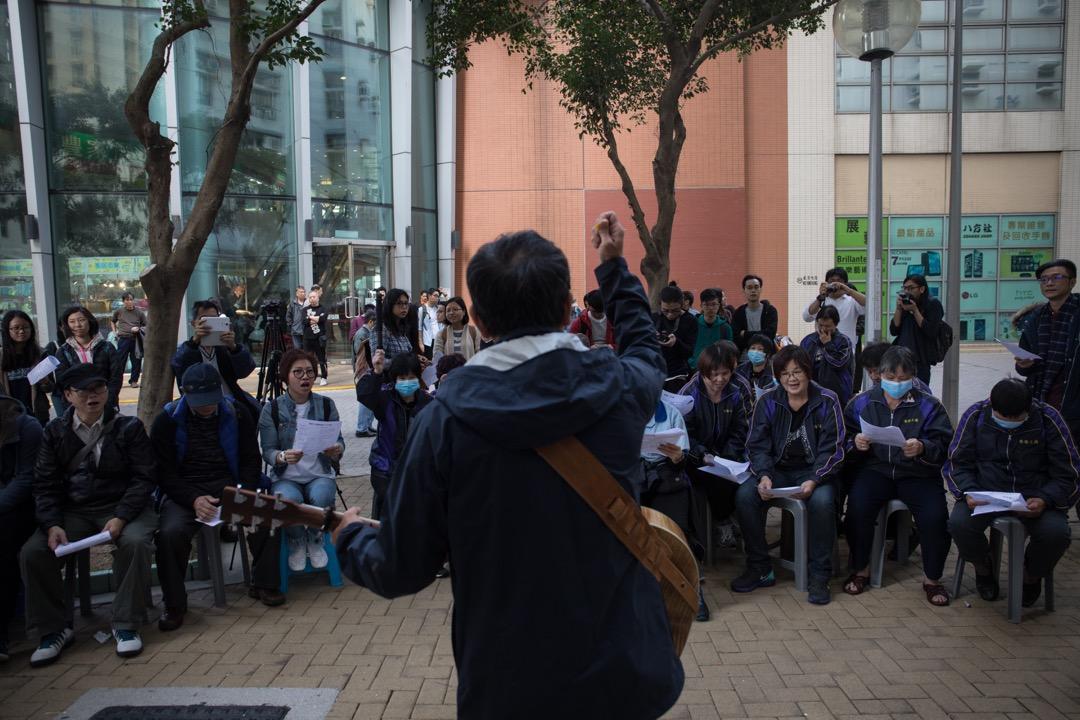 1月3日,罷工第8天,本地吉他手Billy及民間組織和政黨代表到海麗邨分享工人運動經驗,支持罷工的工友。