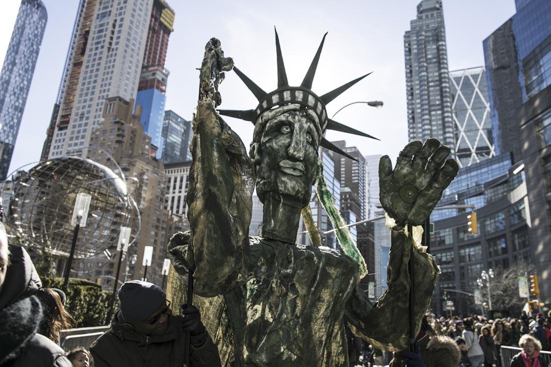 紐約市,有示威者拿著自製的自由神像肖像參與2018年度女性大遊行。