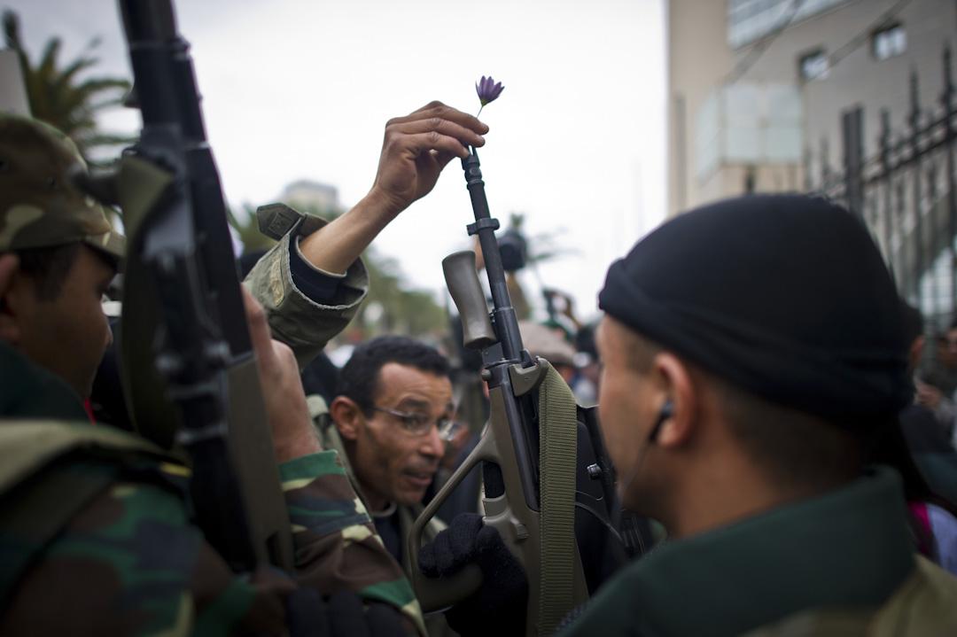 2010年12月17日,一名26歲青年自焚,觸發境內大規模街頭示威遊行及爭取民主活動。事件最後令時任總統班·阿里政權倒台,成為阿拉伯國家中第一場因人民起義導致推翻現政權的革命。