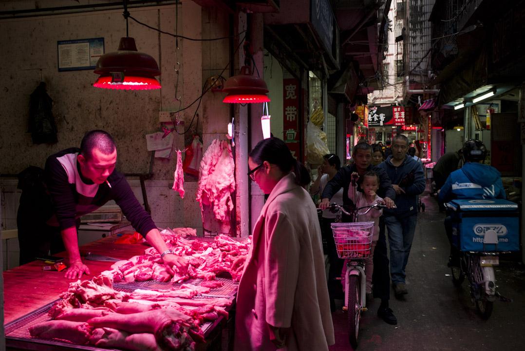 白石洲是深圳最大的城中村,幾乎所有到深圳來打拼的人,都有落腳白石洲的經歷。這個面積只有0.6平方公里的村子,如今生活着15萬人,有着熱火朝天的生活氣息,遍布物美價廉的館子。 攝:林振東/端傳媒