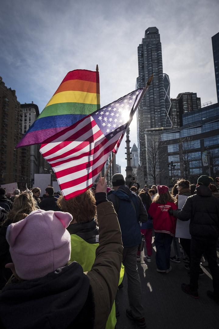 紐約市,示威者行經位於曼哈頓區的特朗普大廈時特意揮動起美國旗及平權旗。