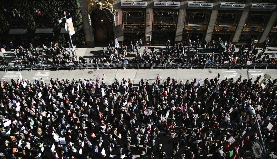 紐約市,市民到街頭參與由美國各地民眾發起的女性遊行。一年前特朗普就任美國總統,引發美國各地民眾發起首屆女性遊行,抗議特朗普擔任美國總統。