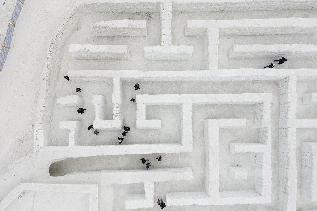 2018年1月11日,波蘭城市扎科帕內,遊客在雪迷宮裏找出口。雪迷宮於2015/16年冬季首次建成,當時面積有2,500平方米,是全球最大的雪迷宮。今年主辦當將迷宮範圍擴大至3,000平方米,繼續蟬聯全球最大雪迷宮的紀錄。