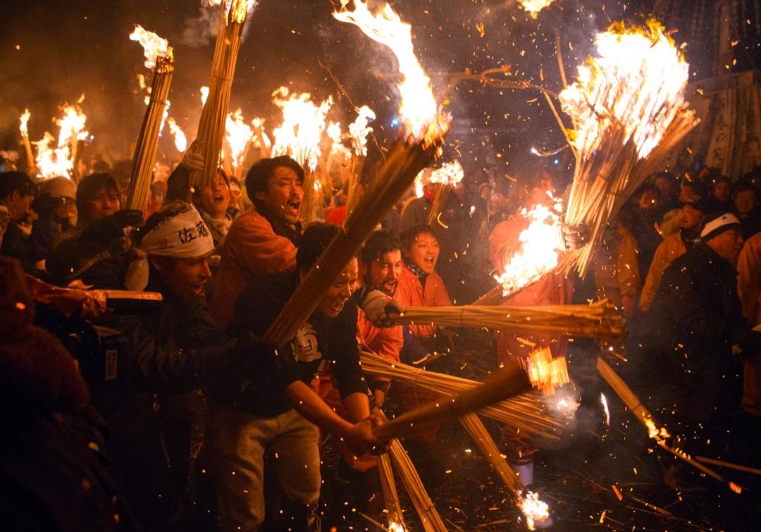 2018年1月15日,日本的野澤溫泉村舉行傳統節日慶典道祖神火祭。參加者分成兩方,其中一方為負責用木材建造神社模型,另一方會嘗試用火焚燒它。儀式是為25及42歲的男子——「不吉祥」歲數的男子——趕走邪靈、以及祈求美滿的婚姻。