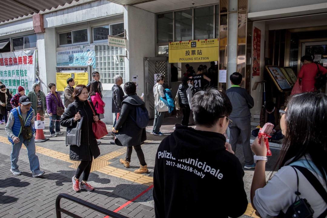 1月14日,民主派初選投票日,大批選民到九龍西石硤尾實體票站排隊投票。