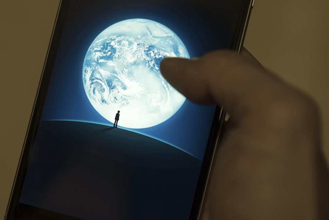 微信應用程式在手機上顯示。
