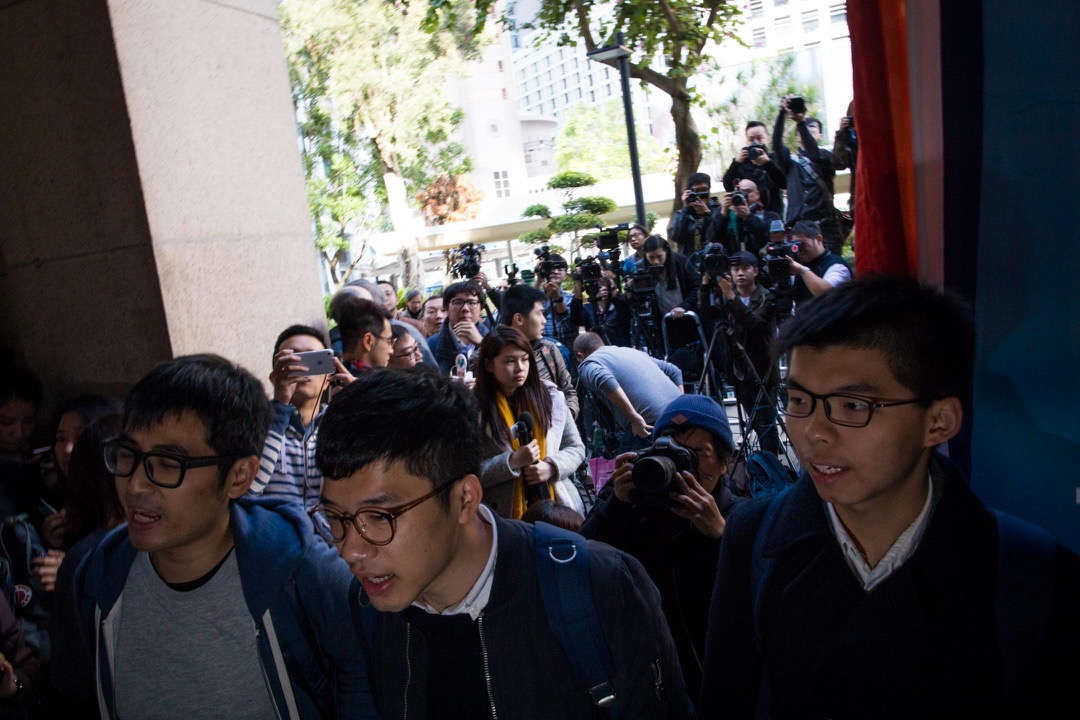 終審法院今天聽取「公民廣場案」控辯雙方陳辭後,決定押後裁決。圖為案中上訴一方、「雙學三子」周永康、黃之鋒及羅冠聰。 攝:Stanley Leung / 端傳媒