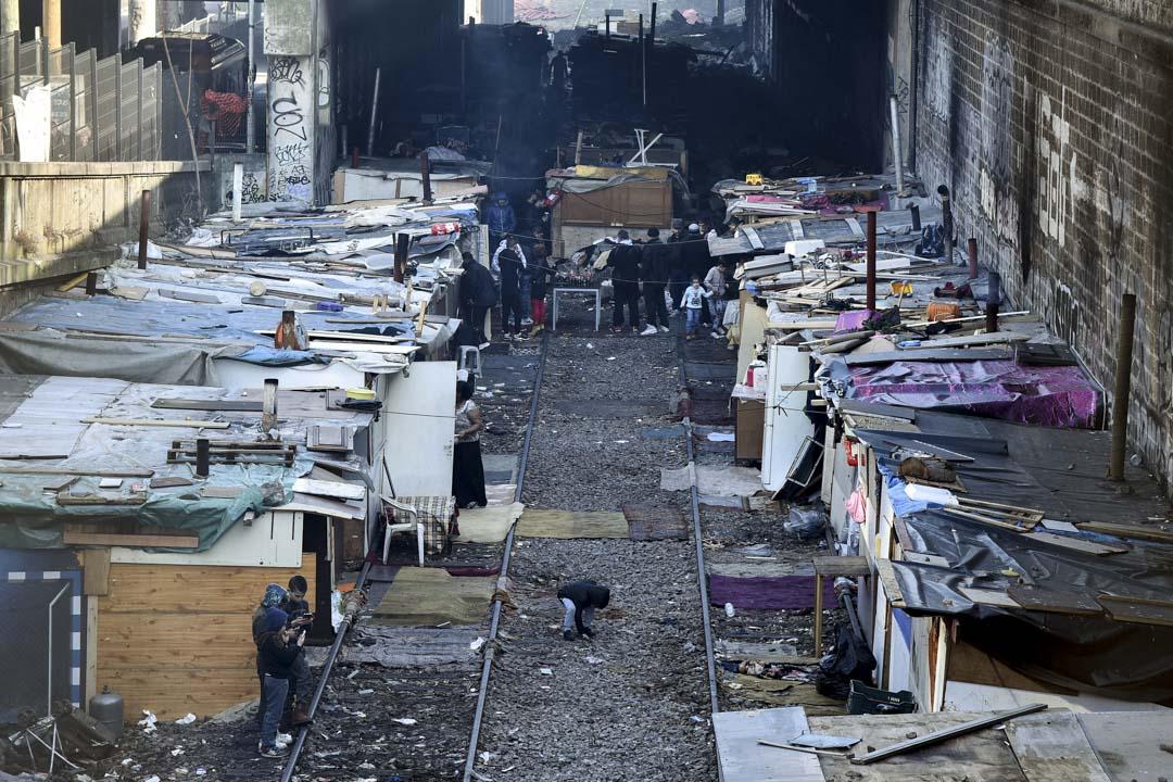 2017年2月22日,法國巴黎第18區的廢棄鐵路線沿線,有聚多羅姆人居住的棚屋。