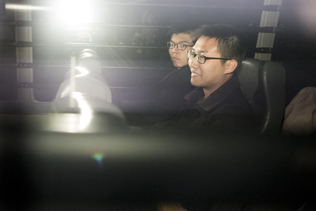 2017年1月17日,2014年佔領旺角清場被控刑事藐視法庭的案件判決,黃之鋒、黃浩銘分別被判囚3及4個半月,即時入獄,由囚車押走。 攝:林振東/端傳媒