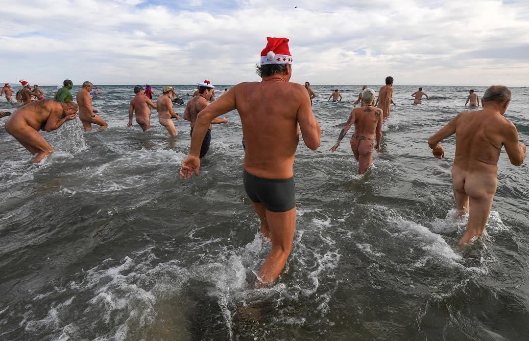2017年12月31日,法國南部Le Cap d'Agde的天體海灘上,人們參加傳統海水浴以慶祝新年的到來。