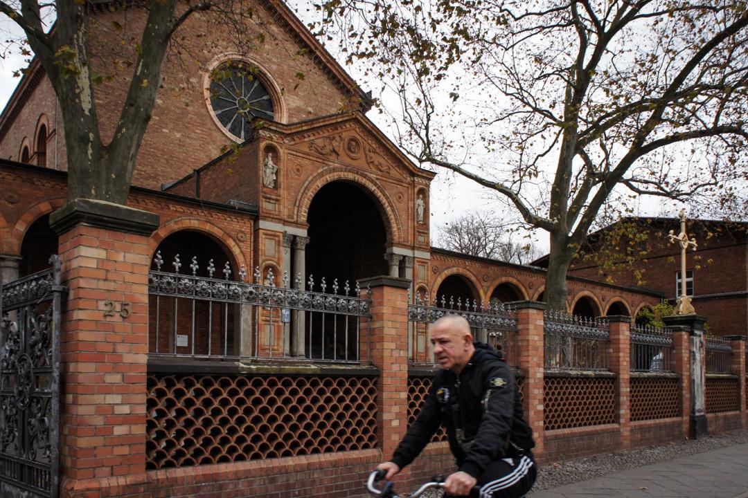 聖約翰尼教堂是莫阿比特的第一座新教教堂,1835年就已經矗立在這片地區。「伊本·魯世德-歌德清真寺」就在教堂的側翼裏面。 攝:劉昊/端傳媒