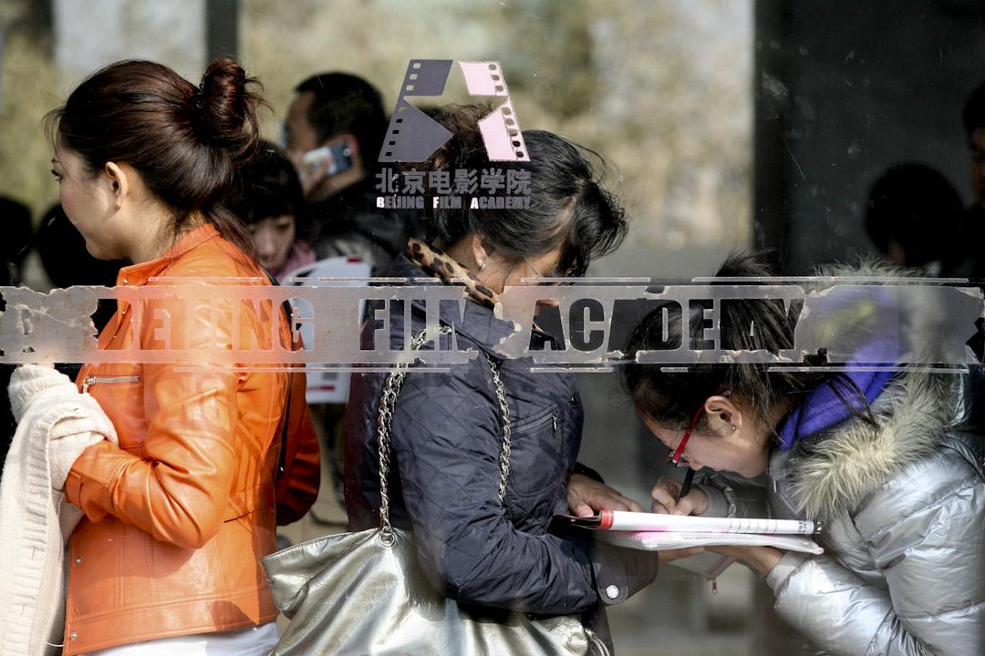 2017年的「北電侯亮平事件」,北京電影學院攝影系女畢業生對教師集體霸凌的淒厲控訴,遭到網絡封殺。圖為2010年,北京電影學院本科招生,考生們在填寫報名表。    攝:Imagine China