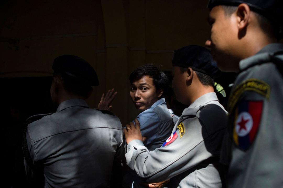 2018年1月10日,緬甸城市仰光,路透社緬籍記者Kyaw Soe Oo到庭應訊後被警察押離法院。緬甸警方正式指控兩名路透社記者Kyaw Soe Oo和Wa Lone觸犯《政府機密法》,最高刑期為14年牢刑。 攝:Ye Aung Thu/AFP/Getty Images