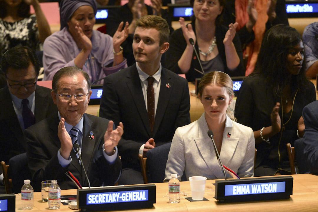 2014年9月20日,愛瑪.屈臣和聯合國秘書長潘基文出席在美國紐約舉行的兩性平權運動「HeForShe」活動誓師大會。