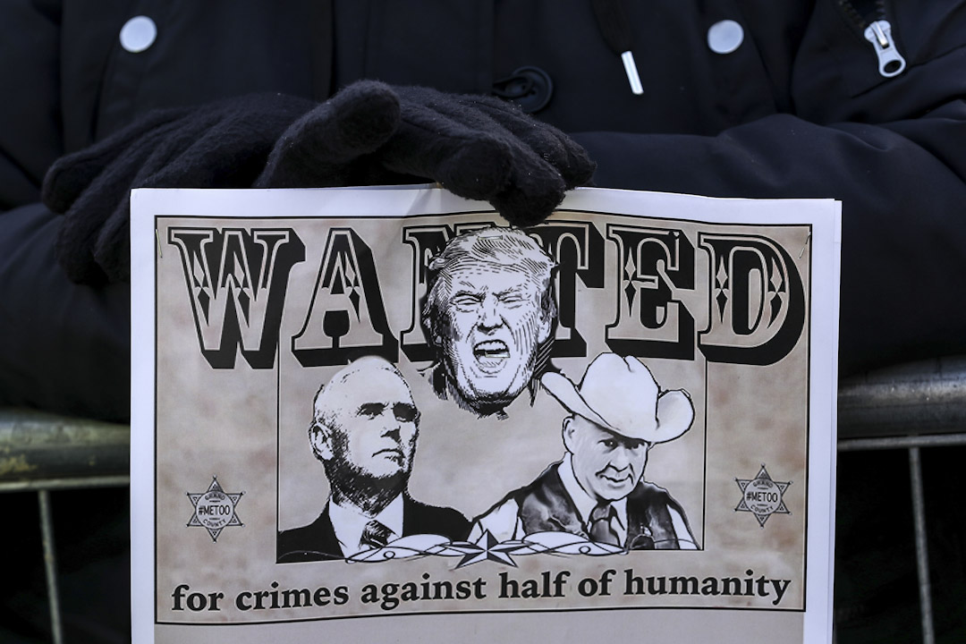 芝加哥,示威者手持諷刺特朗普的標語參與2018年度女性大遊行。