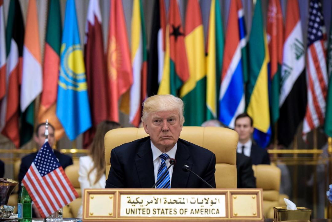 全球化是世界潮流,美國與這種現狀對抗,就必須多結盟友,把更多國家從「全球化大潮」中拉出來。可是,特朗普在這方面堪稱失敗。圖為美國總統特朗普2017年5月21日參與阿拉伯伊斯蘭美國峰會,當時曾跟伊斯蘭國家的首腦表示他是帶著「友誼、希望和愛」而來。 攝:Mandel Ngan/AFP/Getty Images