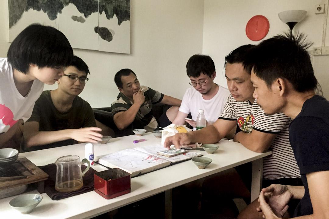 「西三電影製片廠」可能是中國唯一一個以城中村命名的電影製片廠。圖為其在村裏開會情況。