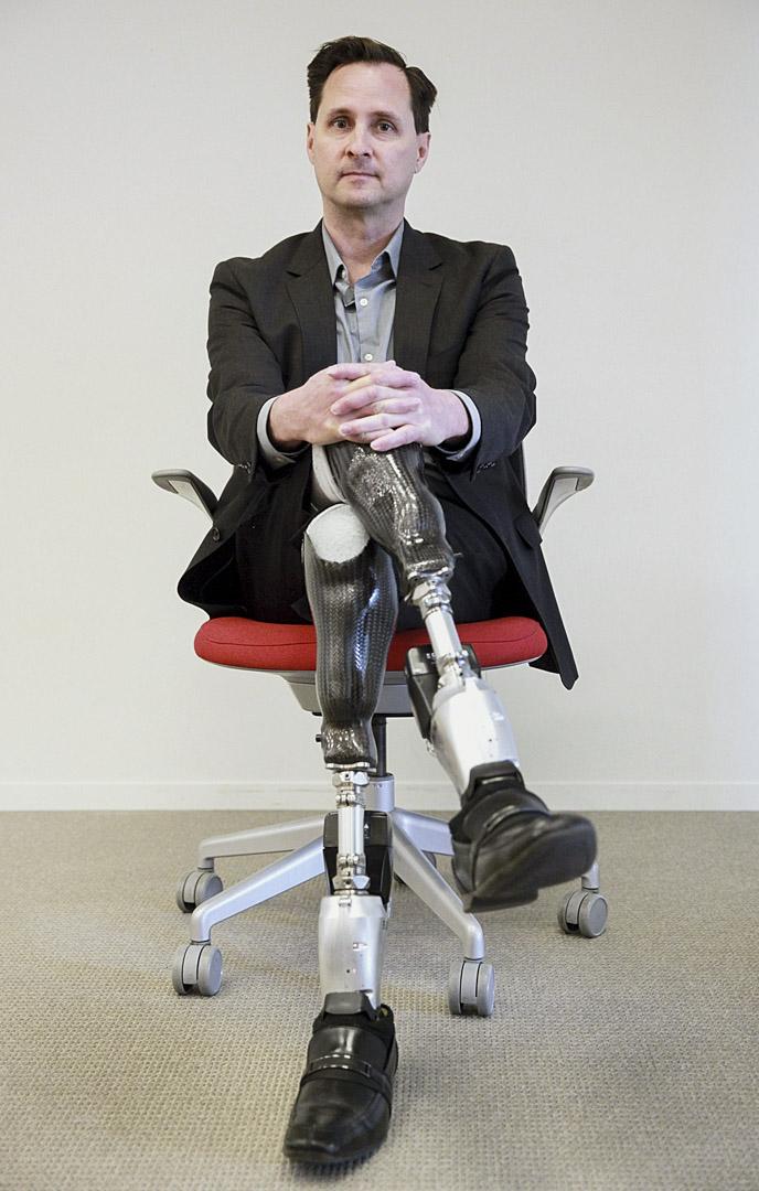 因為17歲那年的一場事故,赫爾的雙腿從膝蓋以下被截肢。這手術之後的35年裏,他不斷探索,使得「健全」(able bodied)和「殘障」(disabled)這兩個大相徑庭的定義之間的差異日漸模糊。圖為攝於2014年的赫爾。