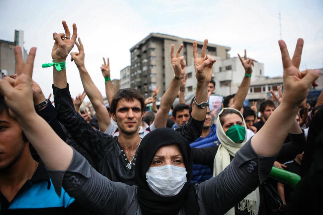 過去伊朗政府強調「伊斯蘭」而淡化前伊斯蘭時代的波斯遺產,但2009年綠色運動之後,當局意識到廣大而年輕的伊朗人口不再如革命當年般宗教化。圖為2009年綠色革命,改革派支持者舉起勝利手勢抗議第四度連任的宗教強硬派總統艾哈邁迪內賈德。