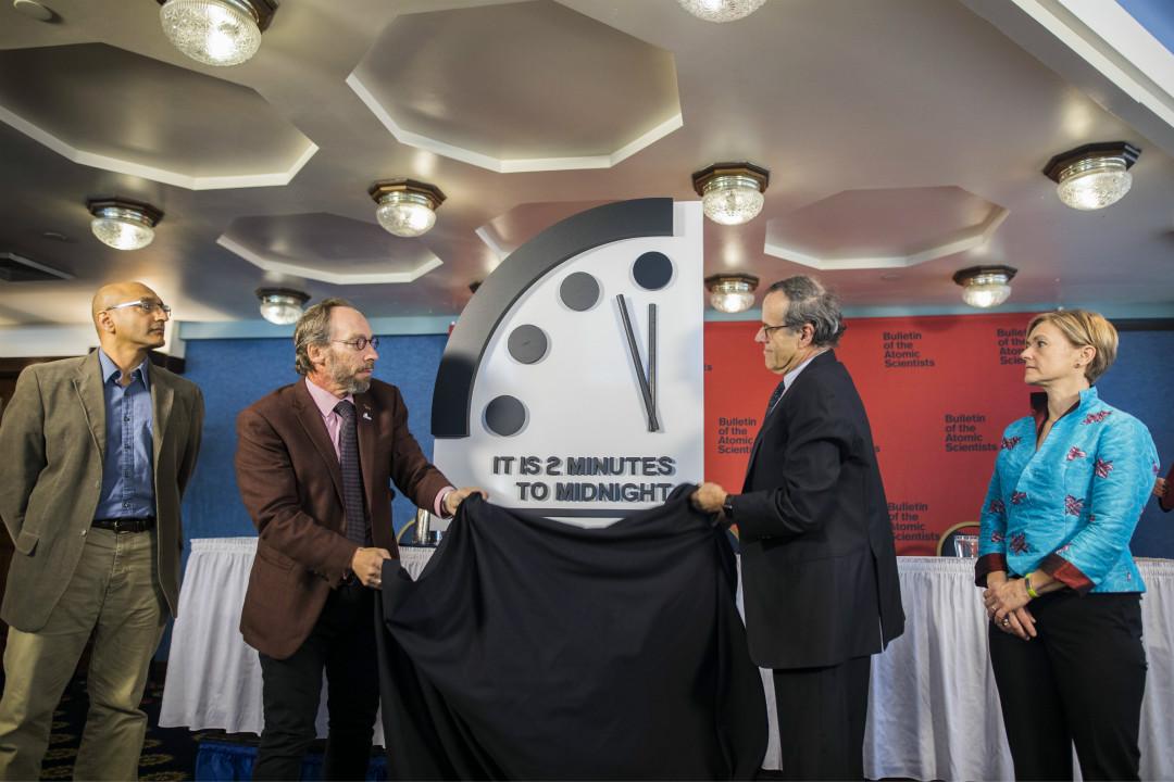 1月25日,芝加哥《原子科學家公報》委員會將「末日鐘」調快30秒,令指針距離象徵「世界末日」的子夜僅剩2分鐘。如圖左起依次為:斯德哥爾摩環境研究所高級科學家 Sivan Kartha、亞利桑那州立大學起源項目主任 Lawrence Krauss、芝加哥大學教授 Robert Rosner 和喬治華盛頓大學教授 Sharon Squassoni。 攝:Jim Lo Scalzo/Imagine China