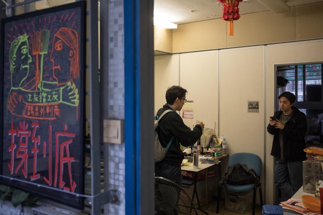 1月4日,踏入罷工的第9天,區議員楊彧(左)和清潔服務業職工會幹事杜振豪(右)正準備與工友們一起到房屋署外請願。