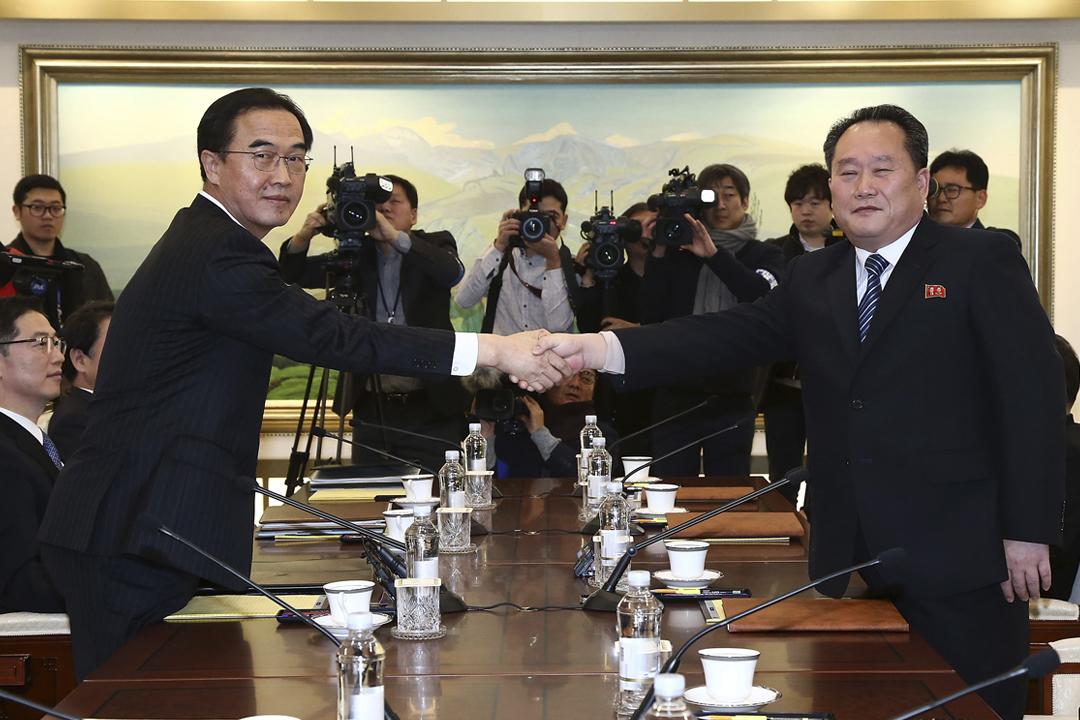 1月9日早上,南韓統一部長趙明均與北韓祖國和平統一委員會委員長李善權握手,並隨即進行逾兩年以來的首次兩韓高級別會談。 攝:Korea Pool / Getty Images