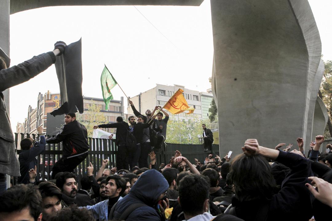 伊朗自2009年綠色革命後,再次出現大規模示威活動,各地街頭湧現憤怒民眾,抗議物價高漲和政府貪污,警察與示威者發生衝突,已造成多人死傷。 攝:Stringer/Anadolu Agency/Getty Images