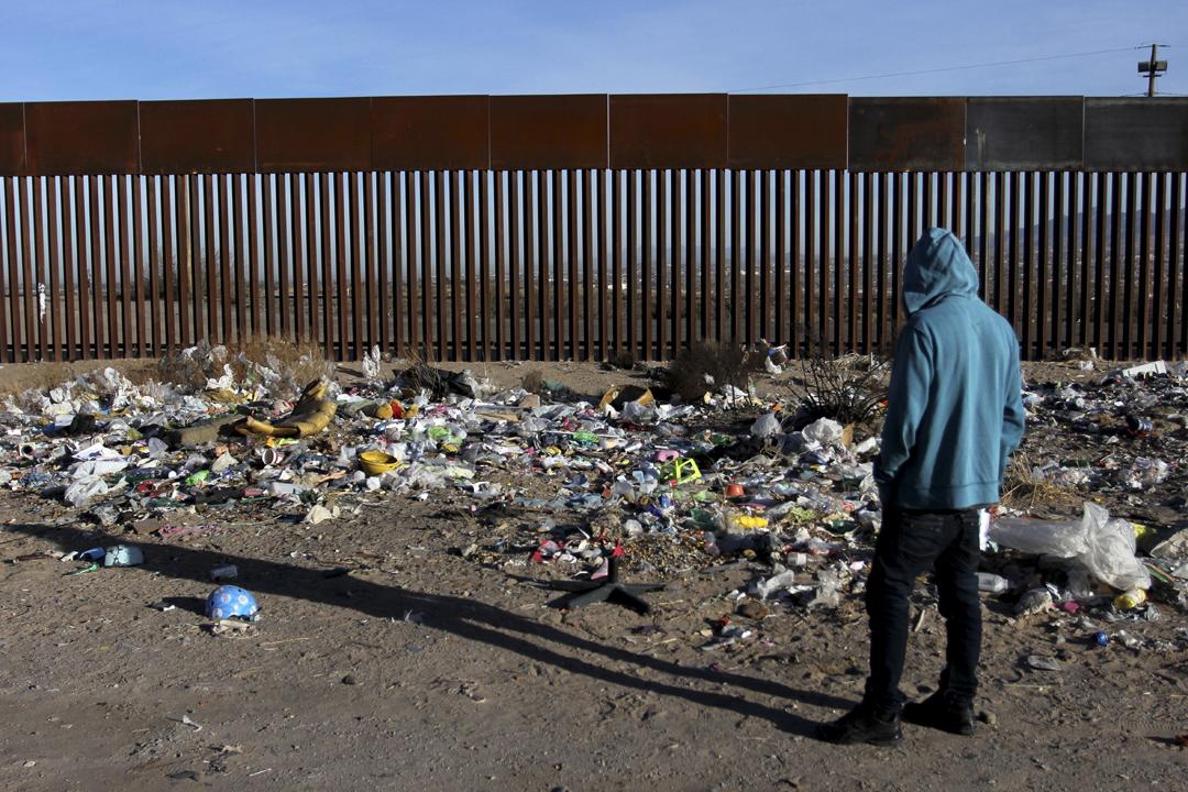 1月18日,墨西哥政府再度表明不會為美國興建美墨邊境圍牆買單,並指墨西哥的嚴重販毒、黑幫與暴力活動,源於美國對毒品的龐大需求。圖為墨西哥北部契瓦瓦州,一名男子站在墨美邊境欄柵前。 攝:Herika Martinez / Getty Images