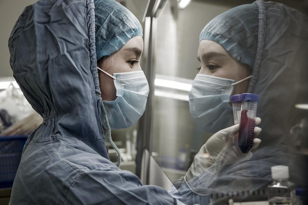 柯頓實驗室的技術人員對癌癥患者血液進行提取操作。  圖:QILAI SHEN FOR THE WALL STREET JOURNAL
