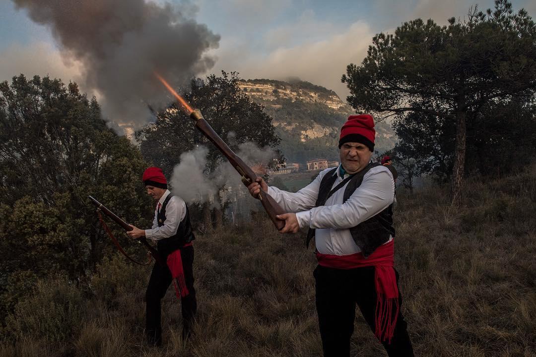 2017年12月30日,西班牙城市森特列斯慶祝松樹節,兩位 Galejadors 扣動火槍扳機,向天發射。生於森特列斯市的男女老少都被稱為 Galejadors,他們一大早穿著傳統服飾並戴上加泰羅隆尼亞紅帽子 Barretina,進入森林砍伐松樹,將松樹裝上牛車後搬運到村莊的教堂裡,並會掛上蘋果和聖餅。