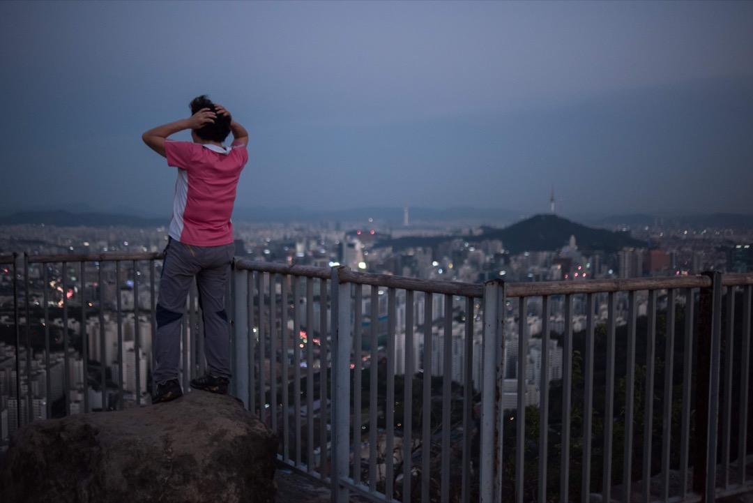實現「漢江奇蹟」的南韓,擁有着令不少國家豔羨的發展速度。然而,過快的工業化和城鎮化打破了以往緊密的社會、家庭聯繫,將人們變得原子化,將個人局限在自己的小空間中。 攝:Ed Jones/AFP/Getty Images