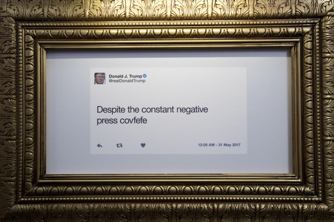 總統的話是最莊嚴的分量最重的,也最能代表整個國家的立場。但由於特朗普對社交媒體的執迷,覺得只有推特才能讓選民直接聽到自己的聲音,即使被多番勸告下,依然把推特作爲自己最重要的發聲工具。圖為美國深夜新聞諷刺節目《每日秀》(The Daily Show)為特朗普的推特發文舉辦博物館,諷刺特朗普的荒謬言論。