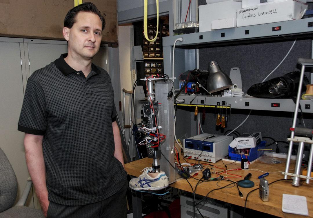 2008年,休·赫爾(Hugh Herr)在他的麻省理工學院假肢實驗室設計了下一代機動假肢,這也有助於推動神經科學研究和機器人技術的發展。