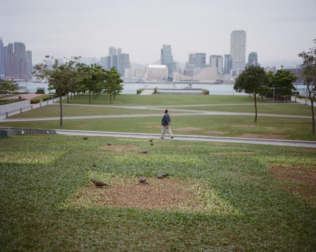 2014年12月,金鐘添馬公園,遺下雨傘運動被清場的痕跡。 攝:林振東/端傳媒