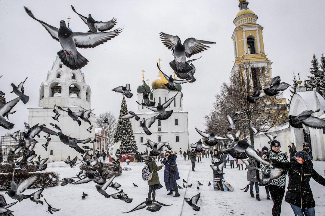 2018年1月5日,俄羅斯城市科洛姆納的克里姆林宮中央廣場蓋滿了厚厚的積雪,白鴿在廣場上空到處飛。 攝:Mladen Antonov/AFP/Getty Images