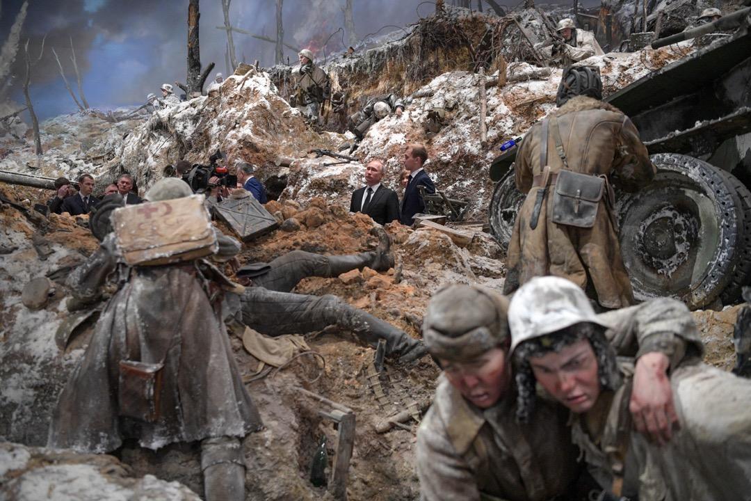2018年1月18日,俄羅斯城市聖彼得堡,俄羅斯總統普京(中)在列寧格勒圍城戰75週年到訪一個紀念該場戰事的展覽。
