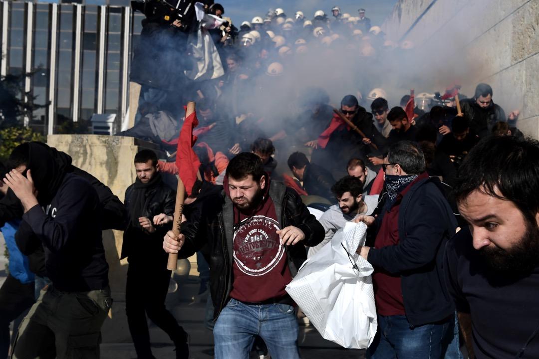 2018年1月12日,希臘首都雅典,大批示威者企圖佔領通往國會大樓的梯級,抗議政府在貸款方要求下,通過修改有36年歷史的工業行動法,實施進一步的緊縮政策。示威期間有參加者與警察發生衝突。