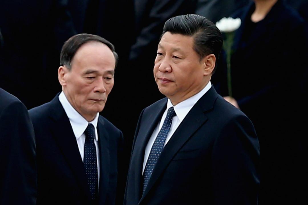 2014年9月30日,時任中紀委書記王岐山與中國國家主席習近平在天安門廣場人民英雄紀念碑前參加烈士節慶祝儀式。