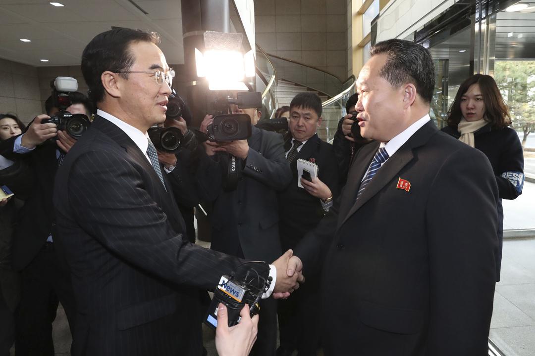 南北韓代表團今天舉行高級別會談,南韓統一部長趙明均於「和平之家」大廳迎接北韓祖國和平統一委員會委員長李善權,雙方握手並互相送上新年祝福。 圖片來源:東方IC