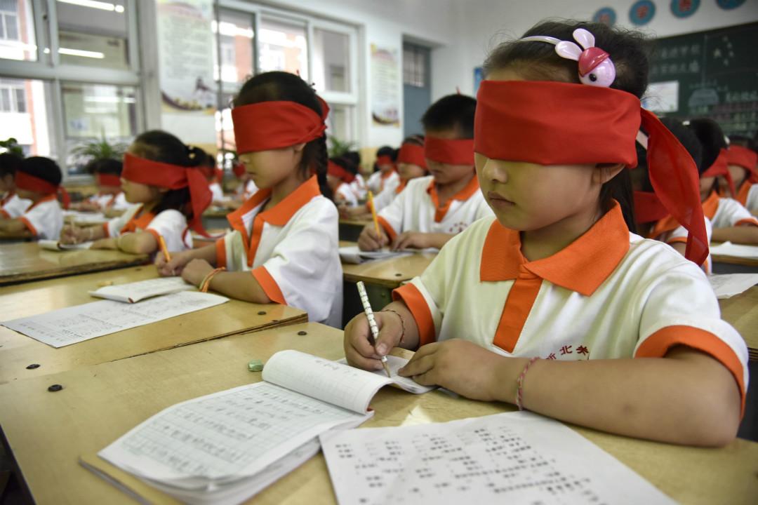 2017年6月5日,河北省邯鄲市涉縣新北關小學組織開展「蒙眼體驗視障 珍愛心靈之窗」主題活動。 攝:Imagine China