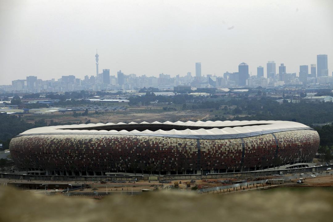 中國和南非在1998年建交,隨後南非的中國移民益增,2008年金融危機,南非市場動盪,蘭特大幅貶值。接着是南非足球世界盃,財政吃緊,經濟愈發不振。圖為2010年南非約翰內斯堡的足球場,迎接當年即將舉行的世界杯。