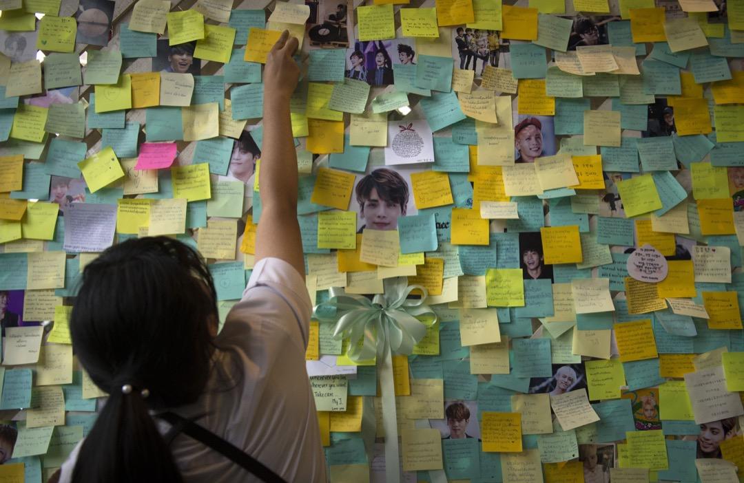 2017年12月18日,南韓男子偶像團體SHINee的成員鐘鉉被發現自殺,在送往醫院途中不治身亡,年僅27歲。樂迷為他舉辦追思會。