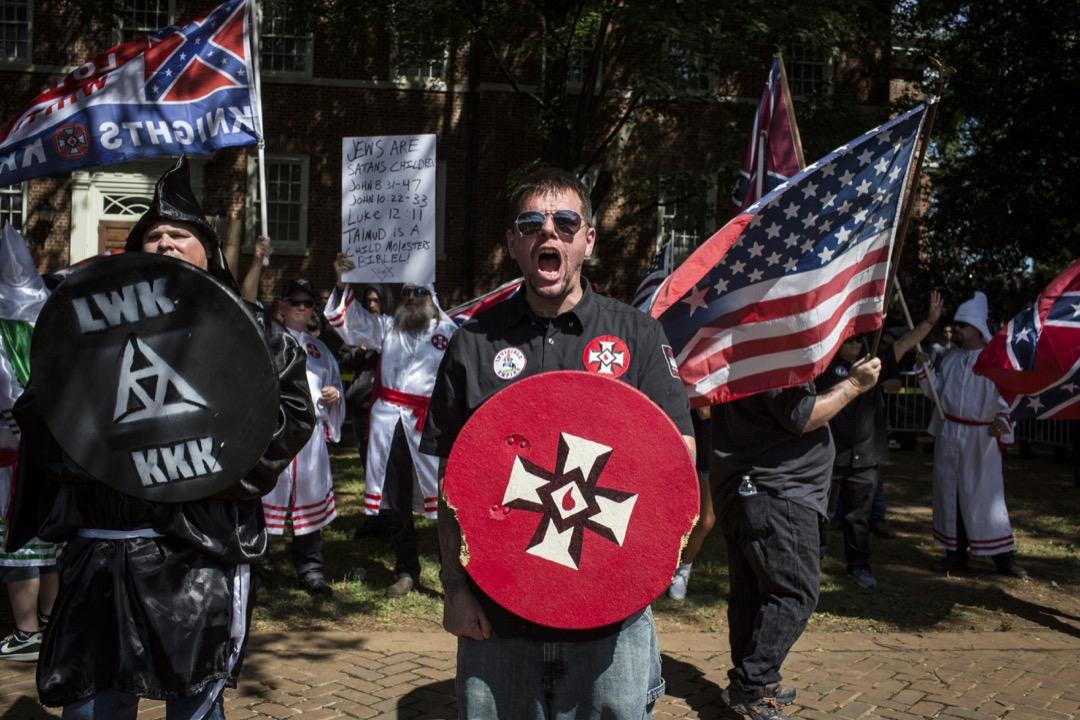 一些評論家指出,特朗普的「讓美國再次偉大」口號實際的潛台詞是「讓美國再白起來」(Make American White Again)。 他鼓吹的「我們要奪回我們的國家」,是要奪回早已經被自由派的文化領導權所埋葬的「白種民族主義」。圖為2017年7月8日,佛吉尼亞州夏洛茨維爾市的一場三K黨示威,要求保留市內的一座美利堅聯盟紀念碑。