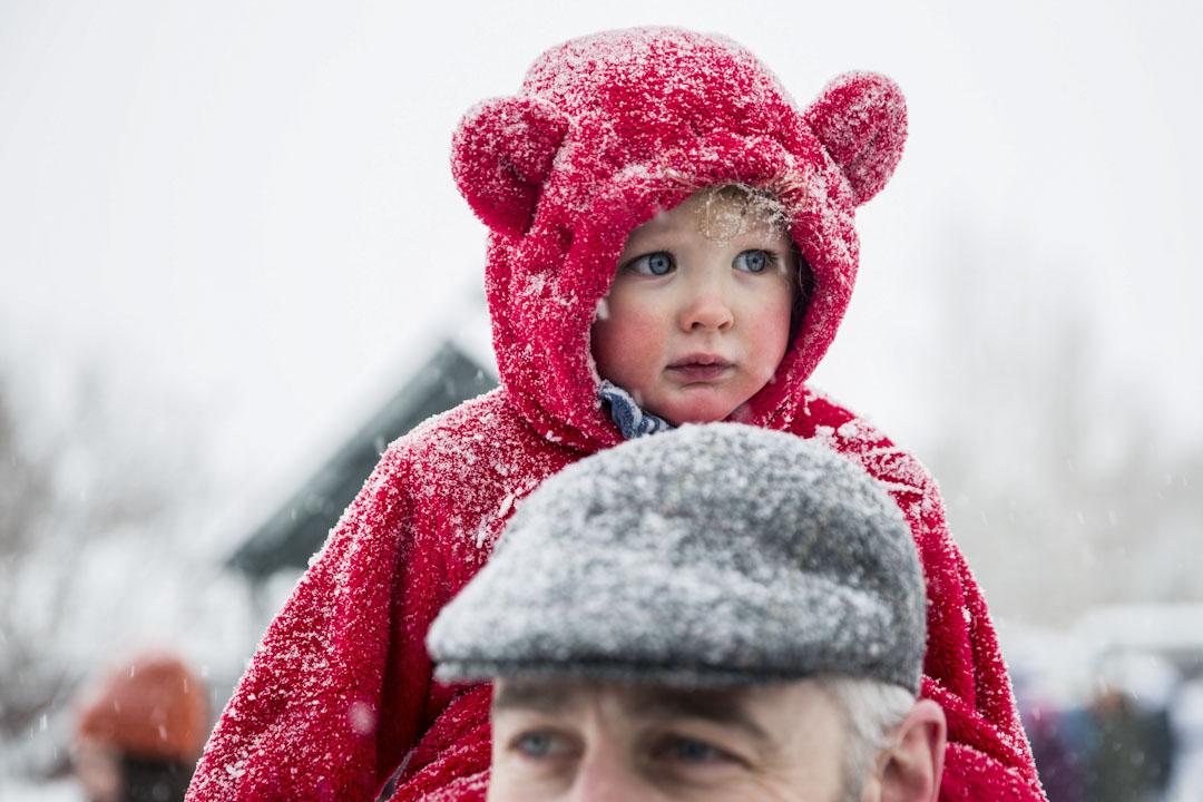猶他州帕克城,Stephen Richardson帶同他一歲大的孩子Arlow參與2018年度女性大遊行。