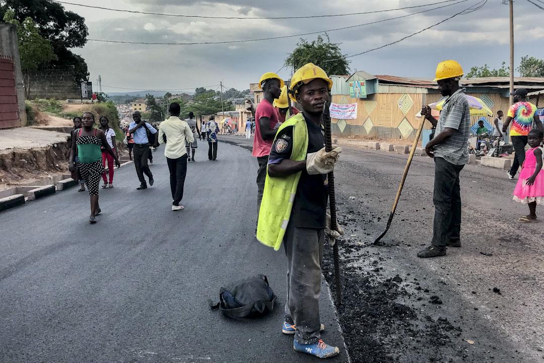 剛果金首都金沙薩,當地工人正進行道路修建工程。