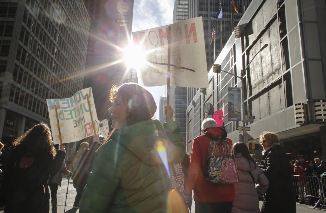 紐約市,曼哈頓第六大道人頭湧湧,擠滿了參與2018年度女性大遊行的人,他們都舉著支持女權運動、平權運動等的標語。