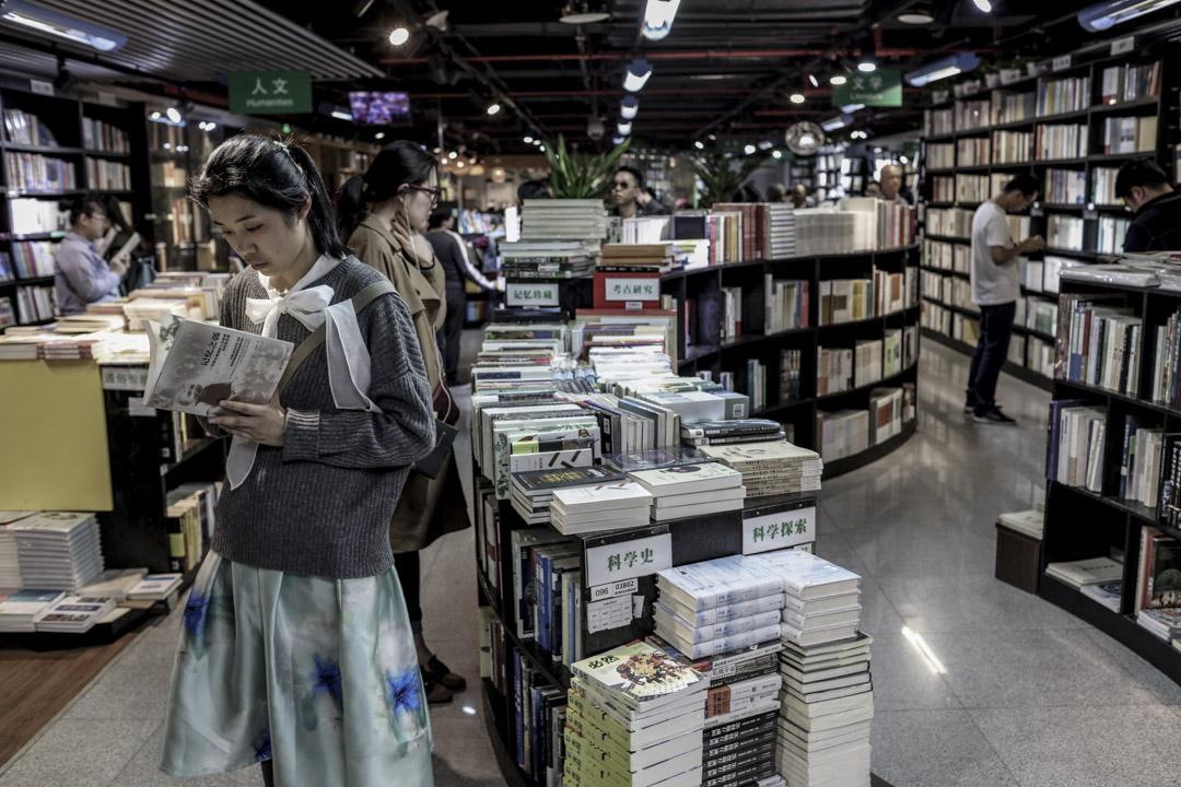 2017年4月23日,上海季風書園,讀者在書園裏選購圖書。因續租無望,季風書園在上海的最後一家門店也將於2018年1月31日後將不再營業。    攝:Imagine China