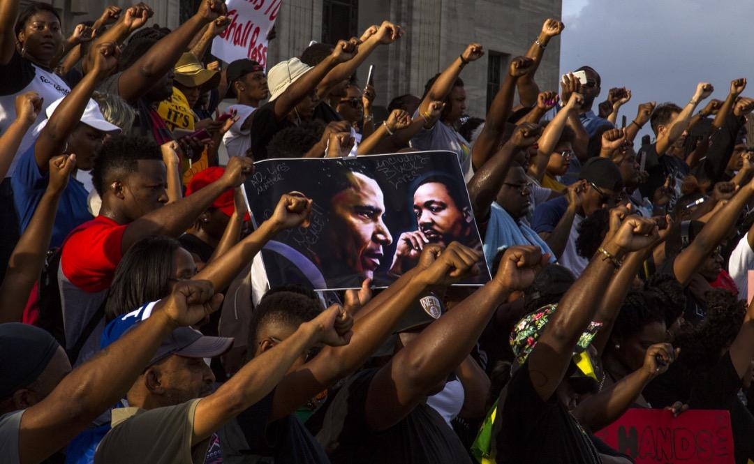 里拉告誡自由主義者:一旦你單單依據身份來表達一個問題,那你就是在邀請你的對手做同樣的事情。那些打出一張種族牌的人應該準備好被(對手的)另一張種族牌所壓倒。圖為2016年7月9日路易斯安那州城市巴吞魯日,響應 Black Lives Matter 運動抗議警察濫用暴力導致黑人青年死亡。